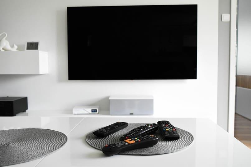 smart tv frente una pared
