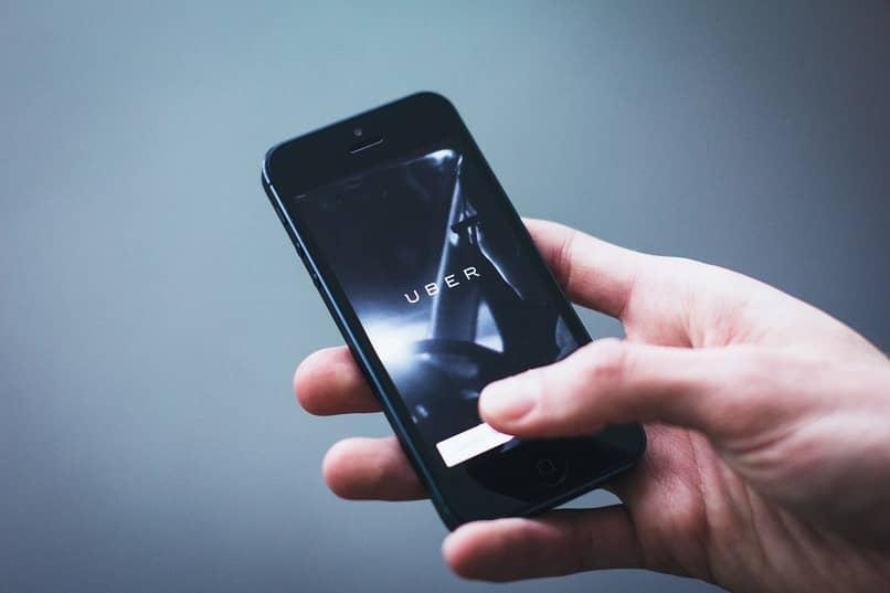 nombre de la empresa uber en la pantalla de un movil