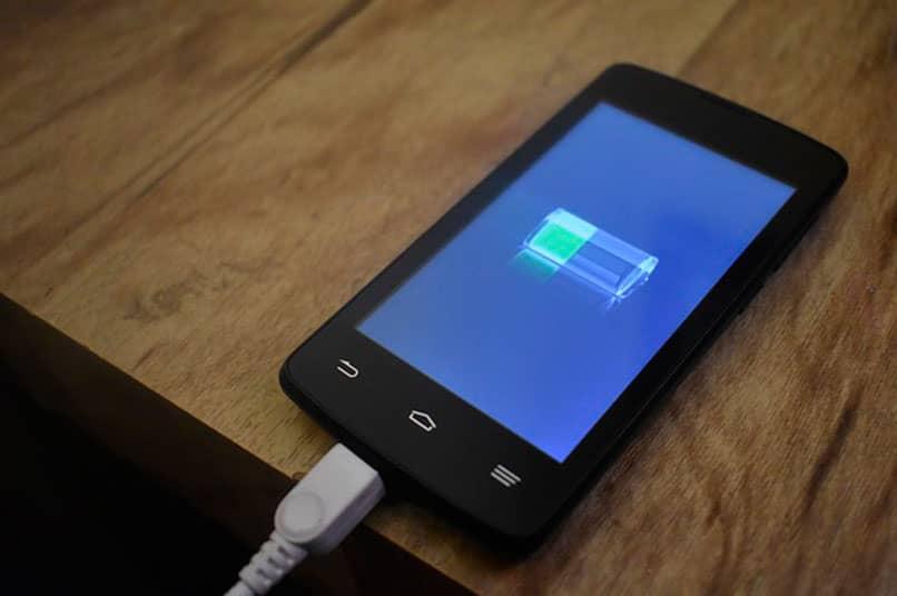 smartphone cargando y mostrando nivel de bateria