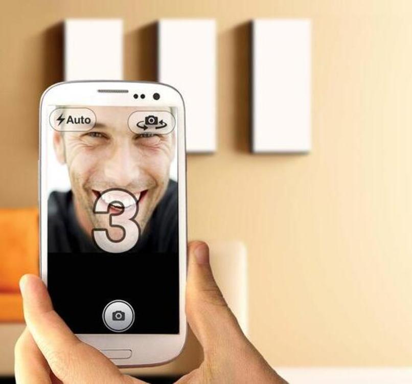 hombre tomandose una selfie con el temporizador activo