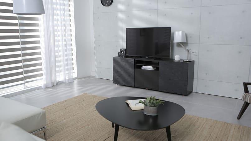 smart tv color negro sobre una mesa
