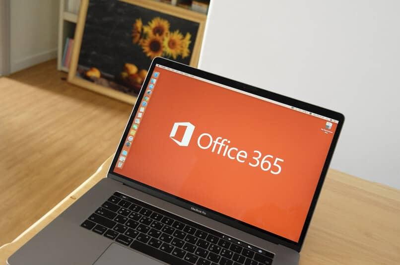 laptop encendida con fondo de office