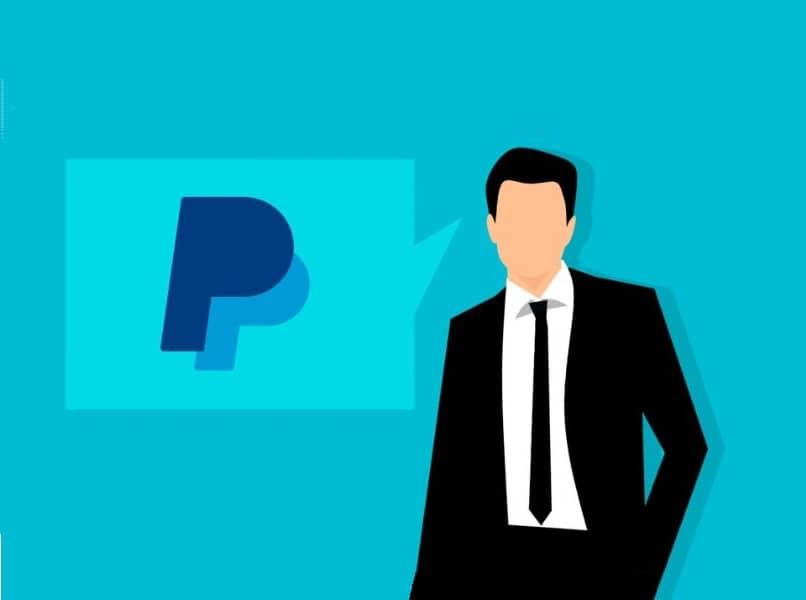 persona con traje negro y logo de paypal fondo azul