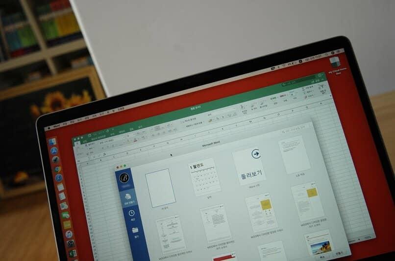 ordenador con documento de excel y word abiertos