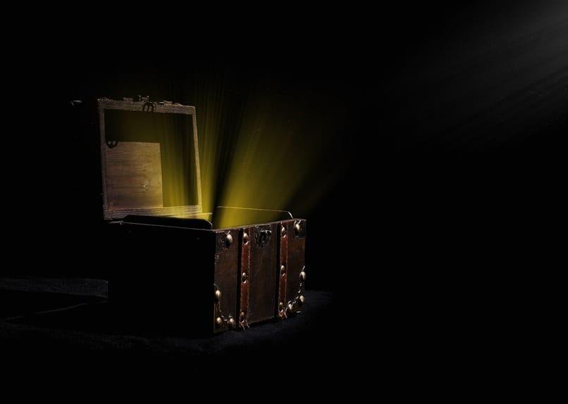 luces color dorado saliendo de un baul