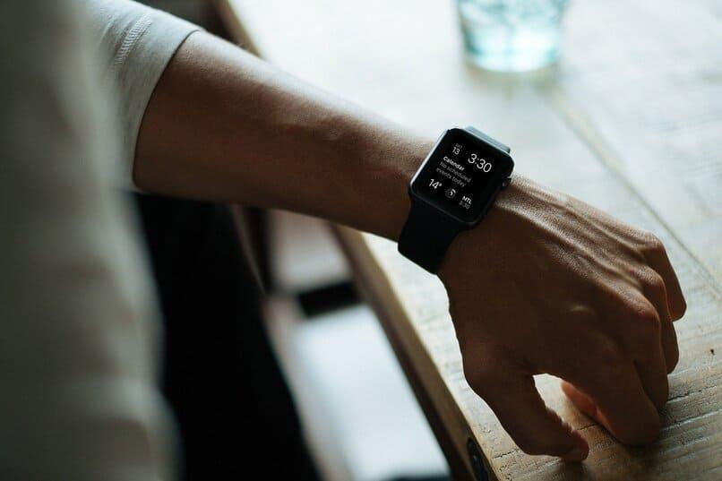 hombre con un smartwatch en su brazo