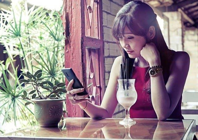 mujer revisando su móvil