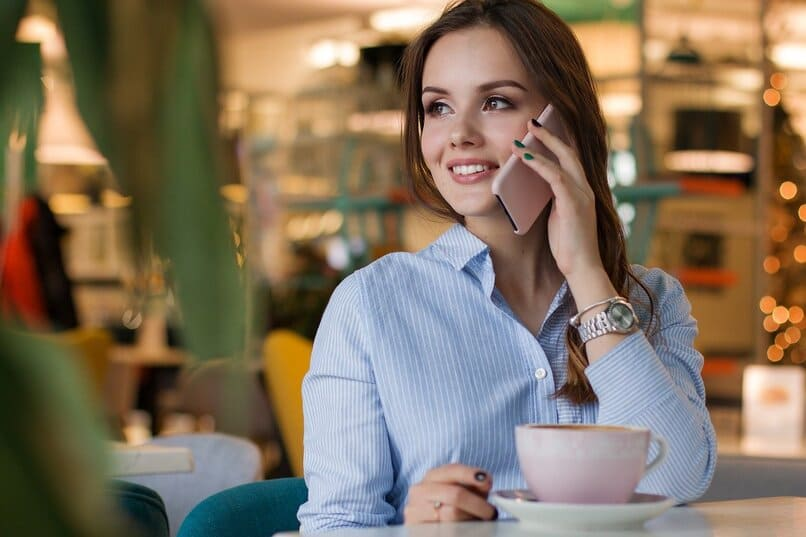 mujer realizando una llamada telefonica