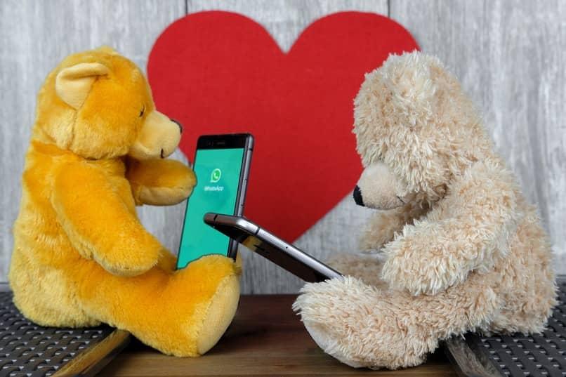 osos de peluche revisando su whatsapp