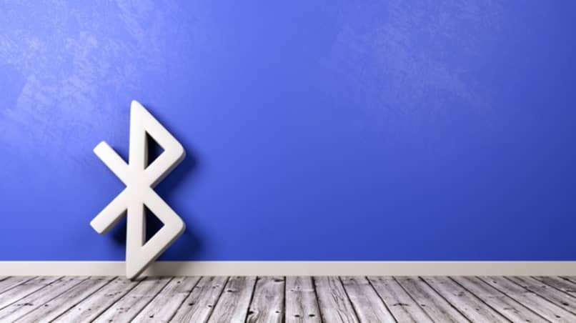 simbolo de bluetooth apoyado en pared azul