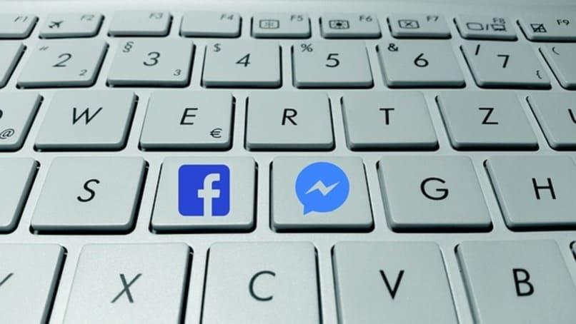 teclas con logos de facebook y messenger