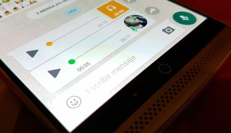 movil con audios de whatsapp en su pantalla