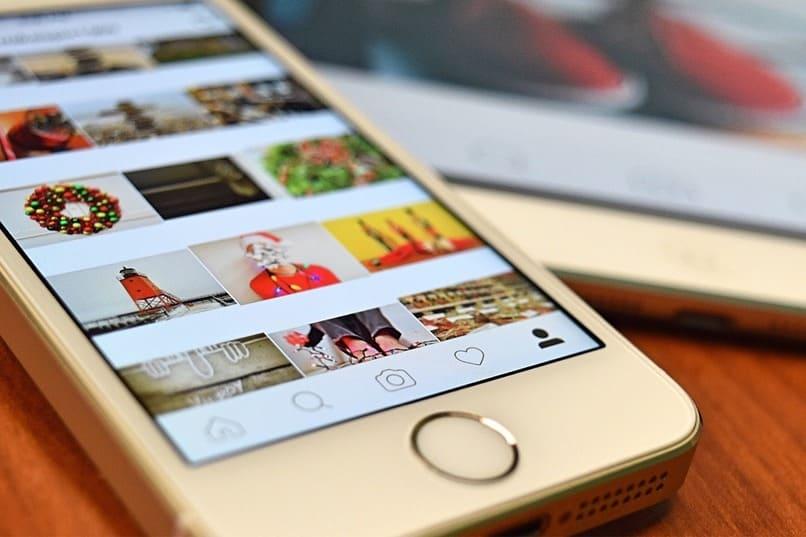movil con imagenes de instagram en su pantalla