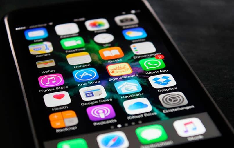 iPhone con 2 mensajes de WhatsApp
