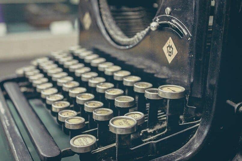 maquina antigua de escribir color negro