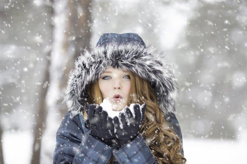 mujer jugando con nieve