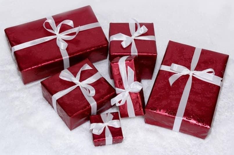 regalso con envoltura roja para navidad