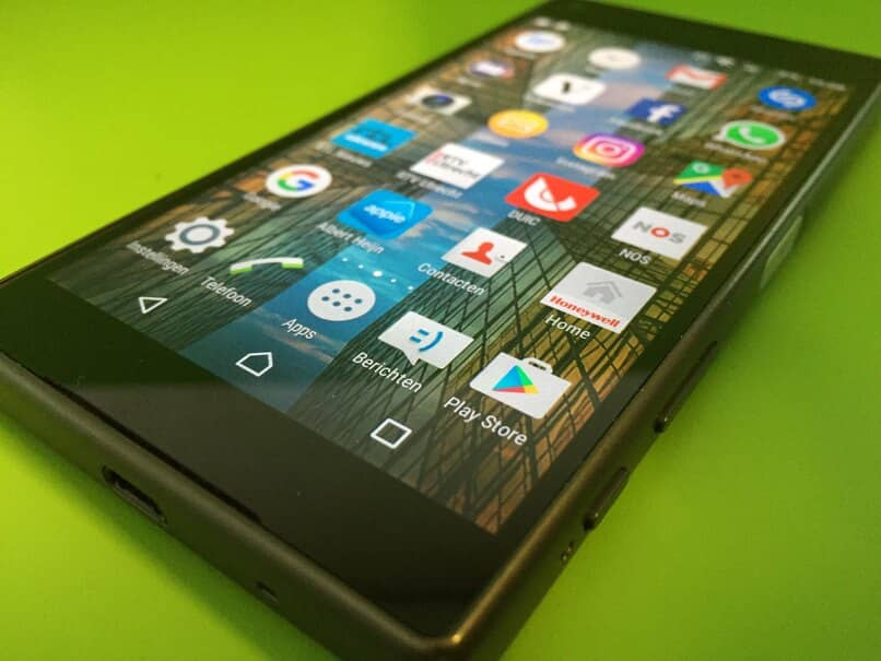 celular sobre fondo verde con aplicaciones