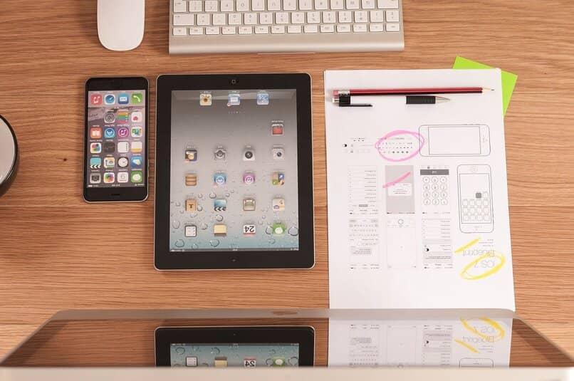 iphone y ipad sobre una superficie de madera