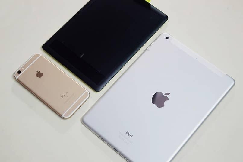 iphone y ipad sobre una mesa color blanco