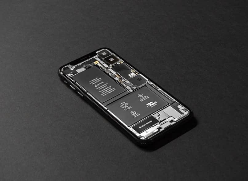 celular con la bateria visible