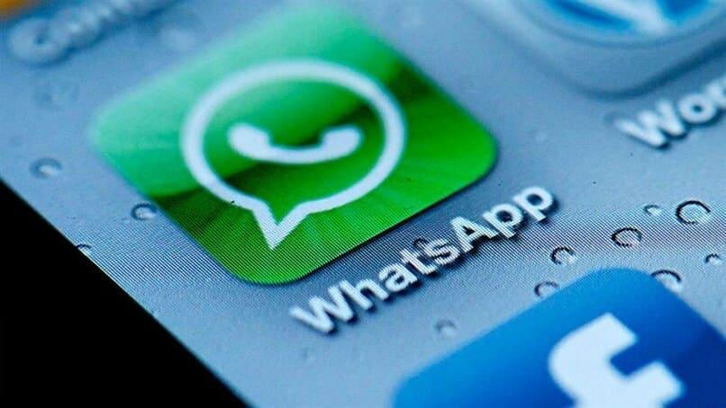 movil con la aplicacion whatsapp