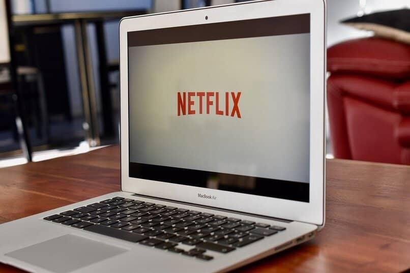 laptop sobre una mesa de madera