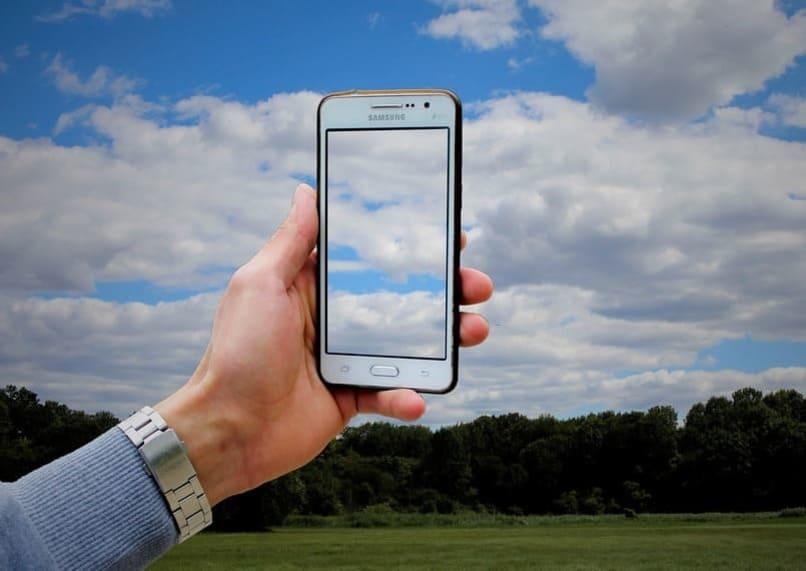 movil con nubes en su pantalla