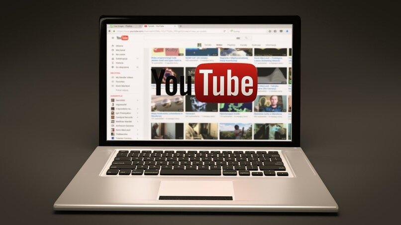 laptop con la pagina de inicio de youtube en su pantalla
