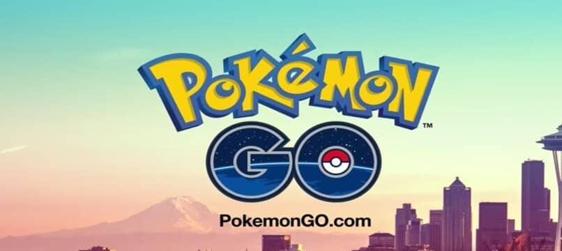 logo de pokemon go con ciudad de fondo