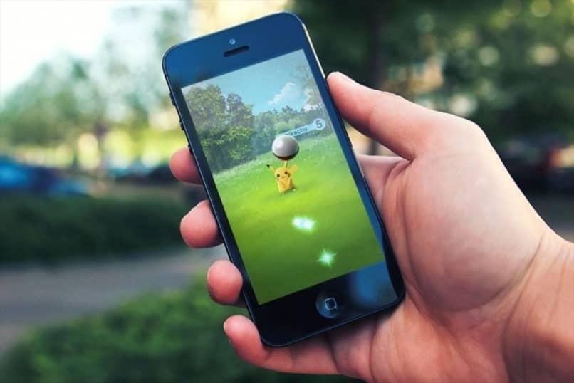 pikachu siendo enfocado en pantalla de movil