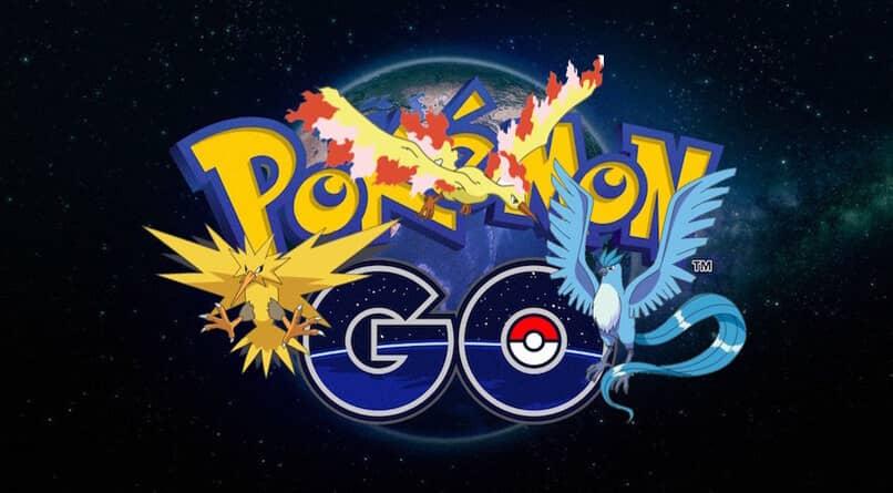 tres diferentes pokemon voladores entre el logo del juego