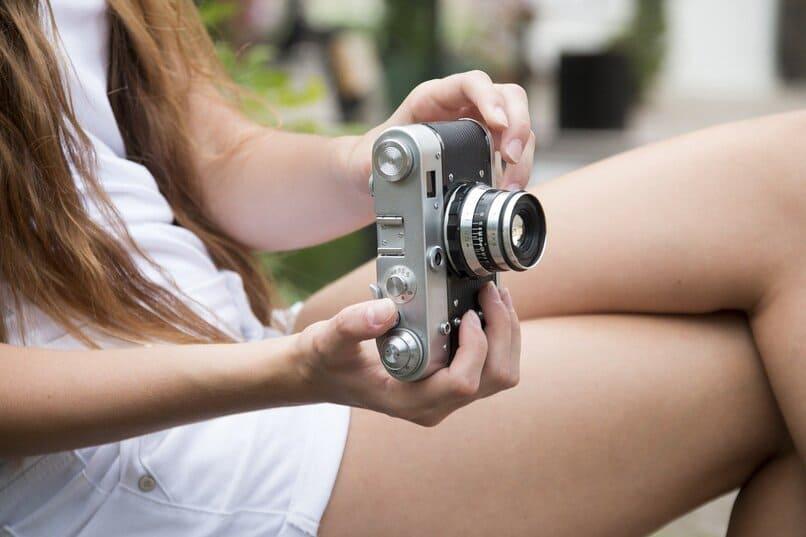 chica tomando una fotografia