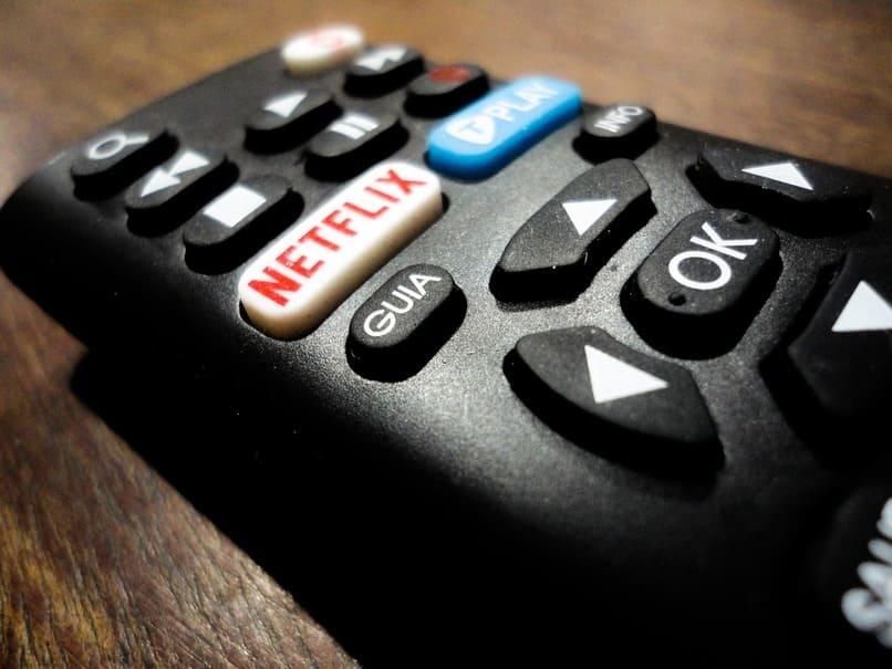 control remoto con el logo de netflix en el