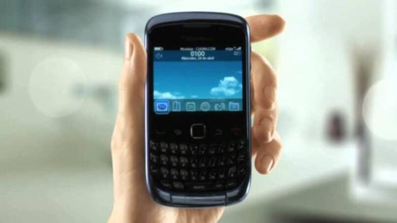 mano tomando movil blackberry