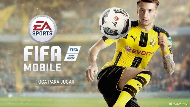 jugador de futbol vistiendo un uniforme color amarillo