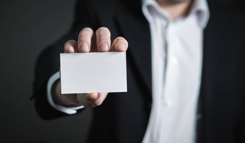 hombre sosteniendo una tarjeta de contacto vacia