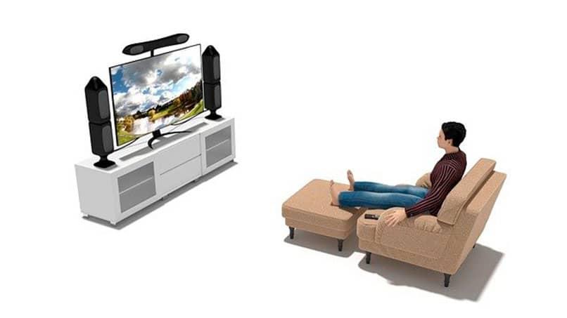 hombre frente a un smart tv