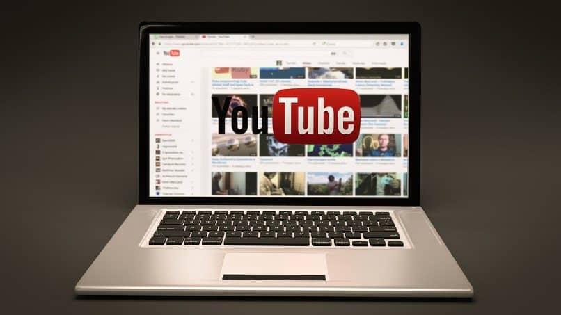 pantalla de laptop con inicio de youtube