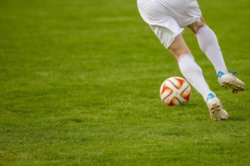 persona jugando futbol