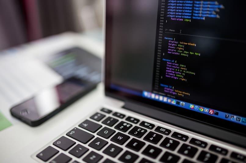 laptop con codigos en su pantalla