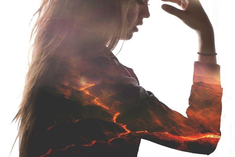mujer con llamas en su cuerpo