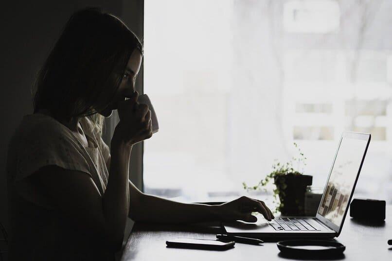 mujer bebiendo cafe