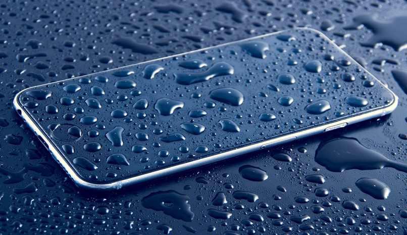 proteger telefono del agua