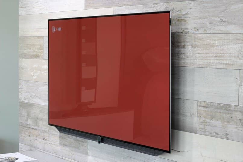 smart tv con la pantalla color rojo