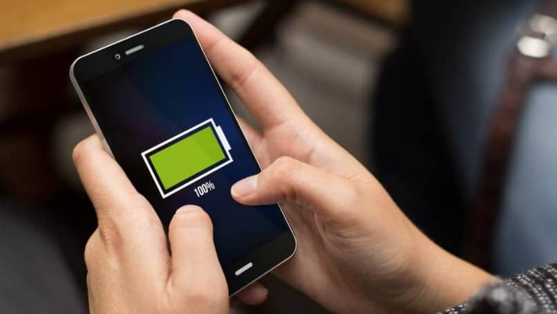 smartphone con icono de carga entre manos