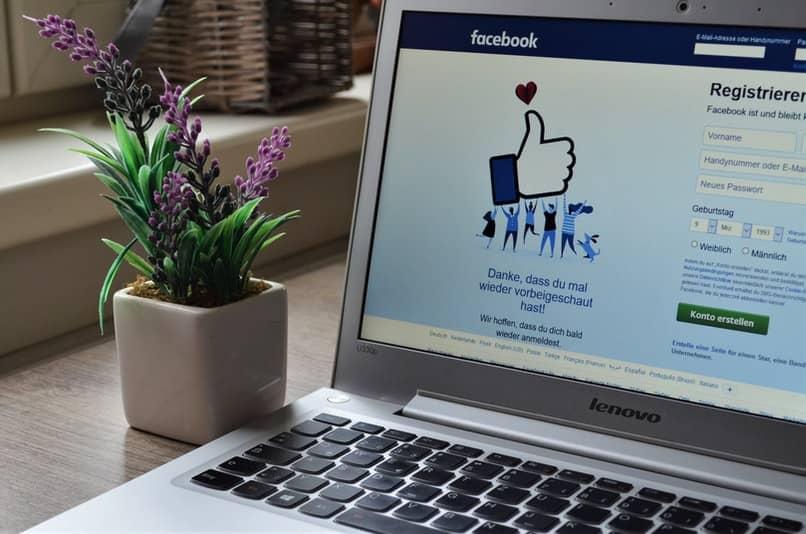 laptop con inicio de registro de facebook
