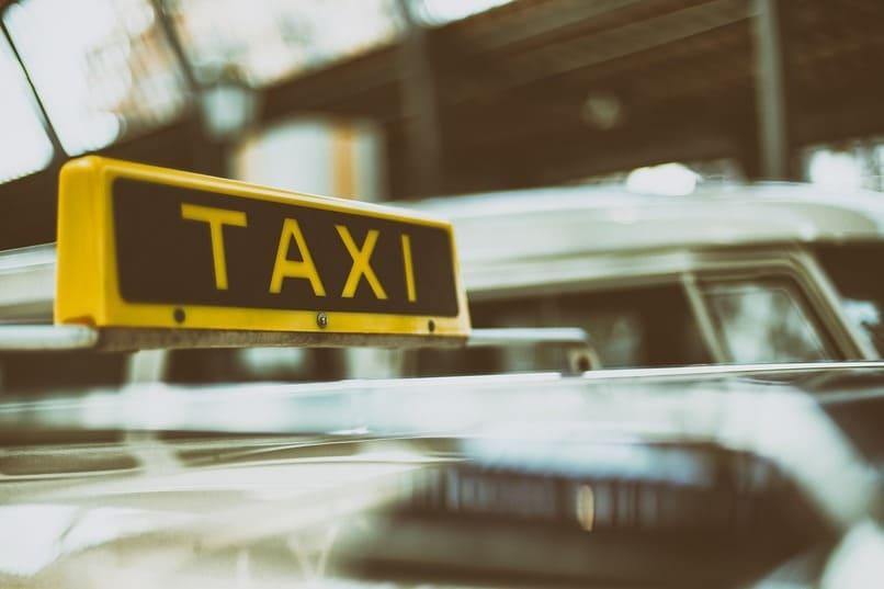 automovil con un letrero de taxi