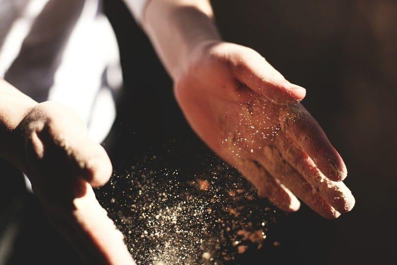 persona con polvo en sus manos