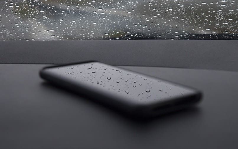 movil con agua en su pantalla